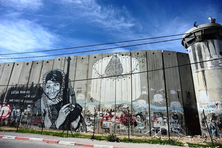 Bethl em fait le mur streetpress for Fenetre qui rentre dans le mur